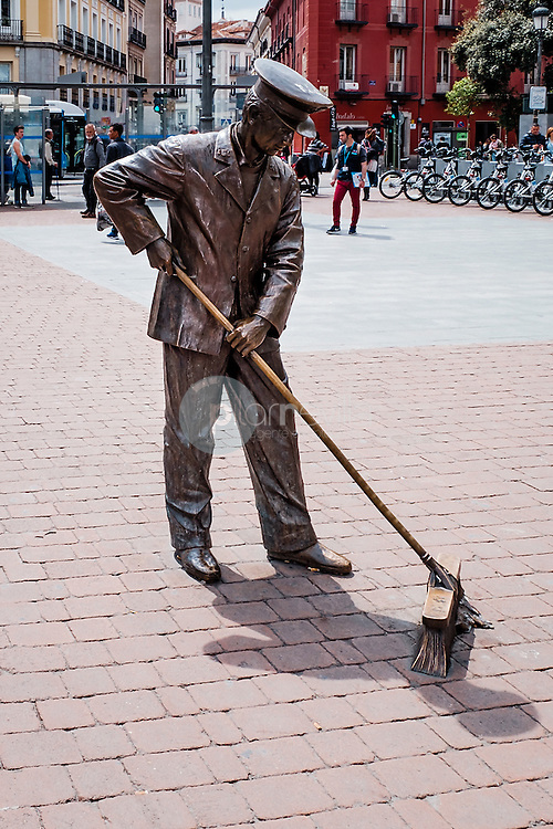 Esculturas de Madrid. Barrendero. Plaza de Jacinto Benavente. Madrid. España ©Country Sessions / PILAR REVILLA