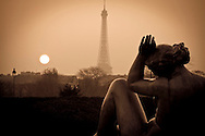 Torre Eiffel y estatuas desde los Jardines de Tullerias. Paris, Francia.