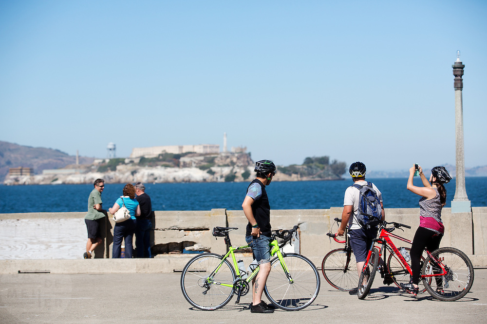 Fietsers kijken naar Alcatraz in San Francisco. De Amerikaanse stad San Francisco aan de westkust is een van de grootste steden in Amerika en kenmerkt zich door de steile heuvels in de stad. Ondanks de heuvels wordt er steeds meer gefietst in de stad.<br /> <br /> Cyclists look at Alcatraz in San Francisco. The US city of San Francisco on the west coast is one of the largest cities in America and is characterized by the steep hills in the city. Despite the hills more and more people cycle.