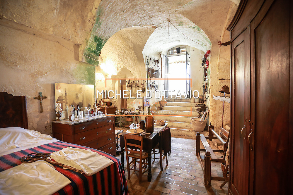Matera la Citt&agrave; dei Sassi Patrimonio Mondiale UNESCO. <br /> Interni della casagrotta del Casalnuovo abitazione tipica dei Sassi di Matera scavata nella roccia.