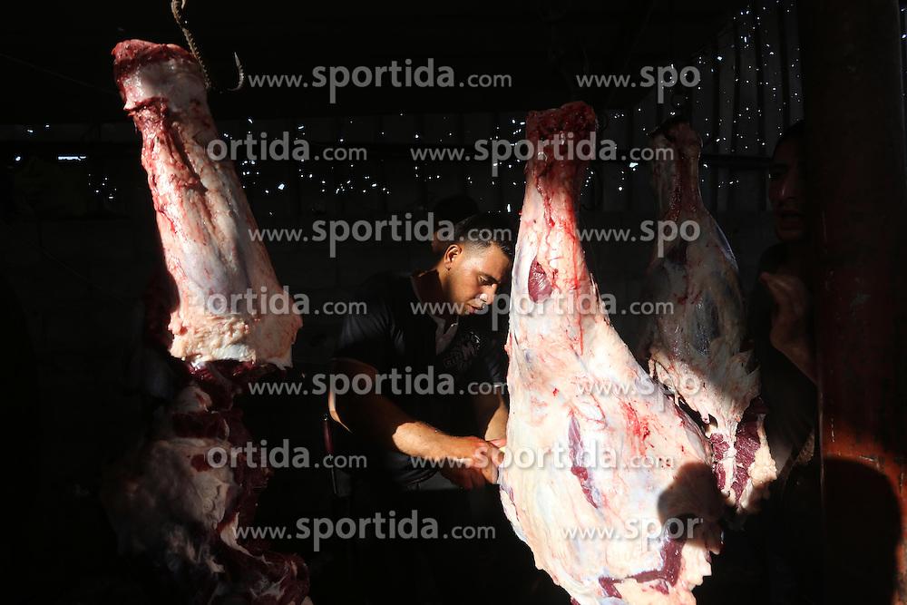 24.09.2015, Gaza city, PSE, Islamisches Opferfest Eid al Adha, im Bild Es wird zum H&ouml;hepunkt des Haddsch gefeiert, der Wallfahrt nach Mekka, beginnt j&auml;hrlich am Zehnten des islamischen Monats Dhu l-Hiddscha und dauert vier Tage // Palestinian Muslims sacrifice animals on the first day of of Eid al-Adha or the feast of sacrifice, in Gaza city on September 24, 2015. Muslims across the world are celebrating the annual festival of Eid al-Adha, or the Festival of Sacrifice, which marks the end of the Hajj pilgrimage to Mecca and in commemoration of Prophet Abraham's readiness to sacrifice his son to show obedience to God, Palestine on 2015/09/24. EXPA Pictures &copy; 2015, PhotoCredit: EXPA/ APAimages/ Mohammed Asad<br /> <br /> *****ATTENTION - for AUT, GER, SUI, ITA, POL, CRO, SRB only*****