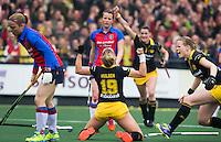 DEN BOSCH - Lieke Hulsen  van Den Bosch  heeft gescoord, rechts Vera Vorstenbosch  tijdens de  de tweede finale wedstrijd tussen de vrouwen van Den Bosch en SCHC (2-0)  . Den Bosch behoudt de titel. .links Dide Doelens .COPYRIGHT  KOEN SUYK