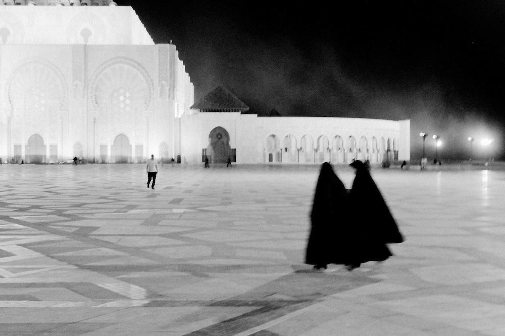 198 / Zwei Frauen laufen Richtung Hassan II Moschee in Casablanca: AFRIKA, MAR, MAROKKO, CASABLANCA,  01.10.2010: Die Hassan II. Moschee in Casablanca ist eine der groessten Moscheen der Welt..Ihr Minarett ist mit 210 Metern Hoehe das hoechste Minarett und das hoechste religioese Bauwerk der Welt. Sie wurde anlaesslich des 60. Geburtstags des marokkanischen Koenigs Hassan II. erbaut und 1993 fertiggestellt. - Marco del Pra / imagetrust - Stichworte: Altstadt, arabisch, architektur, Bauwerk, Casa, Casablanca, glaeubig, Glaube, Hassan II, Hoehe, Islam, Islamisch, Koenig, Koenigreich, Koenigs Hassan II, Maghreb, maroc, Marokko, Minarett, Model Release:No, mohammed VI, Moschee, Muslim, muslimisch, Property Release:No, religioese Bauwerk, Religion, Stichwort,