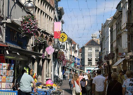 Belgie, Gent, 8-9-2005..Winkelen in het centrum, winkelstraat, shoppen...Foto: Flip Franssen/Hollandse Hoogte