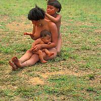 Madre con bebe y niño sacándole los piojos de aborigen Yanomami, Amazonas, Venezuela.