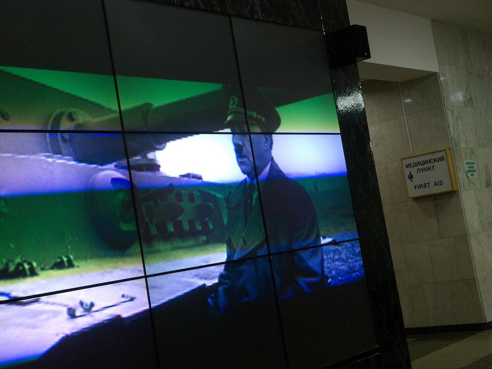Moskau/Russische Foederation, RUS, 10.05.2008: Film Projektion im Museum des Grossen Vaterlaendischen Krieges in Moskau. Das Museum befindet sich auf dem Berg &quot;Poklonnaja Gora&quot;. Verbunden damit ist der sogenannte Siegespark mit einer offenen Darstellung von militaerischen Fahrzeugen, Flugzeugen und Kanonen.<br /> <br /> Moscow/Russian Federation, RUS, 10.05.2008: Film projection in the Museum of the Great Patriotic War in Moscow at Poklonnaya Gora (Bowing Hill). Featured is the Victory Park with an open display of military vehicles, aircraft, cannons and the Central Museum building of the Great Patriotic War.