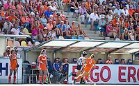 MONCHENGLADBACH -Dug out met daarboven de Oranje supporters. Jong Oranje dames wint zondag in Monchengladbach de wereldtitel door de finale van het het WK-21 van  Argentinie te winnen. Het Nederlands hockeyteam wint na 1-1 de shout-outs. Foto Koen Suyk