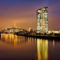 DEU , DEUTSCHLAND : Die Zentrale von Europaeische Zentralbank ( EZB ) in Frankfurt am Main , in der Bildmitte das Bankenviertel<br />