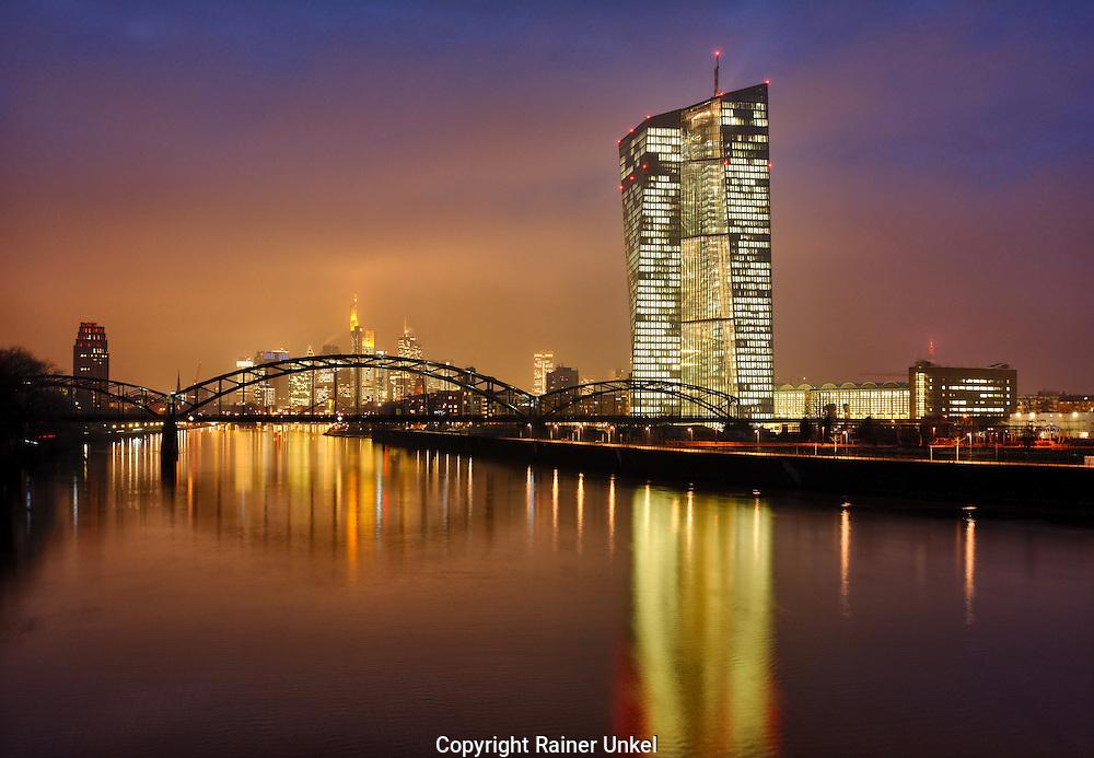 DEU , DEUTSCHLAND : Die Zentrale von Europaeische Zentralbank ( EZB ) in Frankfurt am Main , in der Bildmitte das Bankenviertel<br /> |DEU , GERMANY : The headquarter of European Central Bank ( ECB ) in Frankfurt at Main river with the financial district in the middle|<br /> 19.01.2015<br /> Copyright by : Rainer UNKEL , Tel.: 0171/5457756