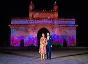 Zijne Majesteit Koning Willem-Alexander en Hare Majesteit Koningin Máxima brengen op uitnodiging van president Ram Nath Kovind een staatsbezoek aan de Republiek India.<br /> <br /> His Majesty King Willem-Alexander and Her Majesty Queen Máxima on a state visit to the Republic of India at the invitation of President Ram Nath Kovind.<br /> <br /> Op de foto / On the photo: Koning Willem-Alexander en koningin Maxima krijgen uitleg bij de Gateway of India in Mumbai die, ter gelegenheid van het bezoek van het Koningspaar, met Nederlandse elementen is belicht. //// King Willem-Alexander and Queen Maxima get an explanation at the Gateway of India in Mumbai which, on the occasion of the visit of the Royal Couple, has been highlighted with Dutch elements.