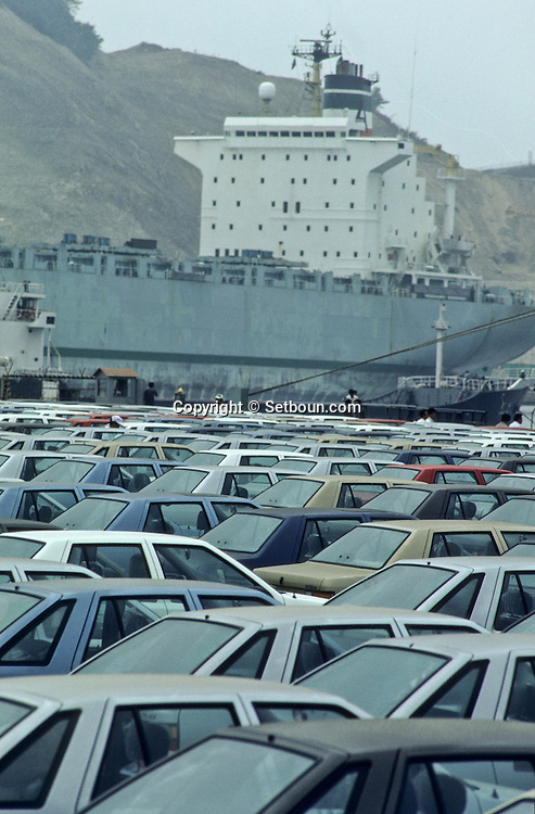 ULSAN port: exporting HYUNDAI vehicles on their way to the American market,  Port de ULSAN exportation des voitures HYUNDAI destinées au marche américain ///R27/15    L2580  /  R00027  /  P0003478