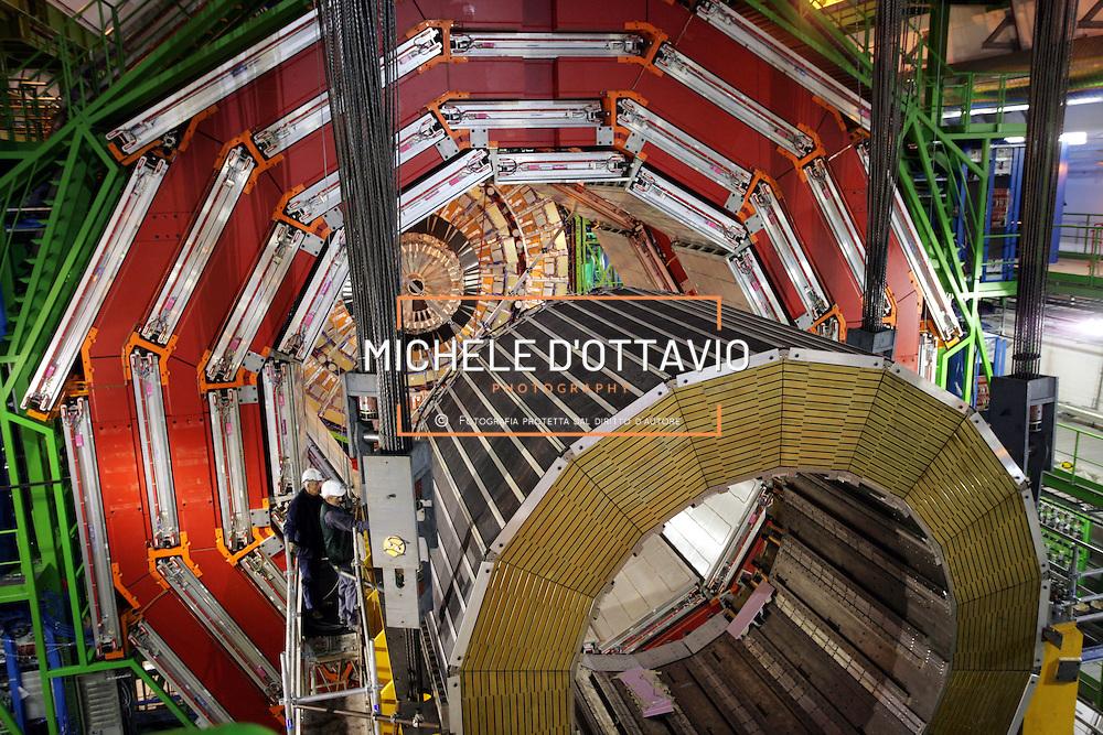 CERN di Ginevra 13/02/07, il nuovo impianto dell'acceleratore LHC (Large Hadron Collider)  lungo 27 km ad una profondità media di 80 metri... nella foto i lavori di assemblaggio della stazione sperimentale CMS in primo piano l'elettrocalorimetro del detector.....fotografia di Michele D'Ottavio