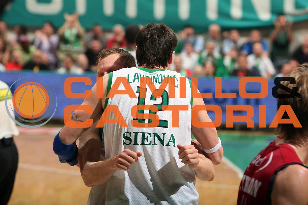 DESCRIZIONE : Siena Lega A1 2007-08 Playoff Finale Gara 5 Lottomatica Virtus Roma Montepaschi Siena<br /> GIOCATORE : Ksistof Lavrinovic Rimantas Kaukenas<br /> SQUADRA : Montepaschi Siena  <br /> EVENTO : Campionato Lega A1 2007-2008 <br /> GARA : Lottomatica Virtus Roma Montepaschi Siena <br /> DATA : 12/06/2008 <br /> CATEGORIA : Esultanza<br /> SPORT : Pallacanestro <br /> AUTORE : Agenzia Ciamillo-Castoria/G. Ciamillo