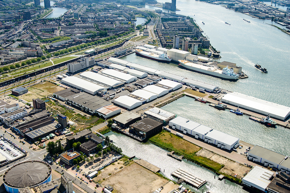Nederland, Zuid-Holland, Rotterdam, 10-06-2015; Bospolder met onder in beeld Keileweg en Keilehaven. Verder Lekhaven en IJselhaven. Links het Darkpark (tussen Hudsonstraat - met bomen - en Vierhavensstraat).  Dakpark, is gebouwd op het voormalige rangeerterrein, nu park bovenop winkelboulevard (Bigshops Dakpark).<br /> Old harbour area in Rotterdam centre with Dakpark (roof park), former yard, now park on top of shopping boulevard. <br /> luchtfoto (toeslag op standard tarieven);<br /> aerial photo (additional fee required);<br /> copyright foto/photo Siebe Swart