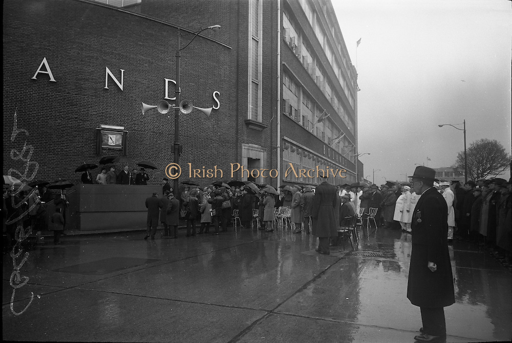 15/04/1966<br /> 04/15/1966<br /> 15 April 1966<br /> Unveiling of Plaque at Boland's Mills. President Eamon de Valera unveils a plaque to commemorate the 1916 Rising at Bolands Mills, where he was Commandant during the insurrection. Image shows the President speaking at the ceremony.