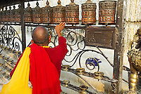 Nepal. Vallee de Katmandou. Stupa de Swayambunath. Moulin a priere. // Nepal. Kathmandu valley. Swayambunath stupa. Prayer wheels.