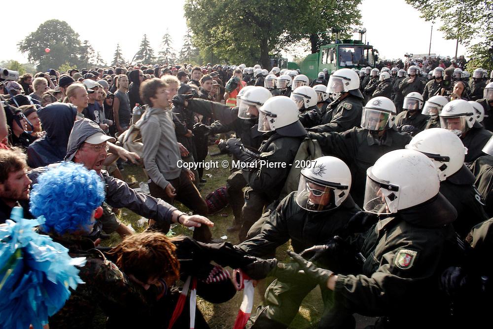 7 Juin - Porte Ouest de la zone rouge : Après 3 heures de face à face calme, la police allemande décide d'avancer sur les manifestants pour les repousser d'une centaine de mètres.