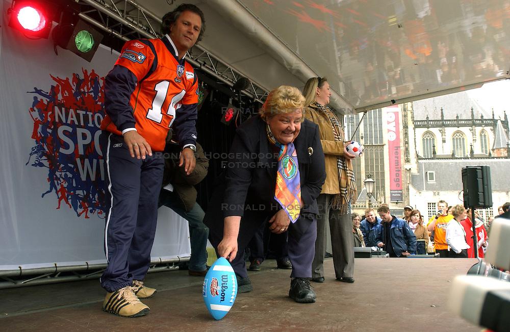 09-04-2004 ALGEMEEN: KICK OFF NATIONALE SPORTWEEK: AMSTERDAM<br /> NOC-NSF voorzitter Erica Terpstra gaf vandaag op de Dam het startsein voor de Nationale Sportweek / Kicker Diliberto en Erica Terpstra <br /> &copy;2004-www.fotohoogendoorn.nl