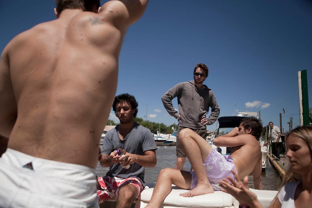Horacito, 21 ans (lleva el mismo nombre que su padre y que su abuelo), sale con sus amigos por el Río de La Plata.