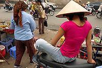 Vietnam. Hanoi. Scene de rue. // Vietnam. Hanoi. Street life.