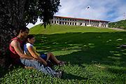 Una pareja de jovenes en los jardines del Edificio administrativo del Canal de Panama. El edificio se encuentra en la cima de una loma, prominentemente orientado hacia el Canal, el Puerto de Balboa, y partes de la ciudad de Panamá. El Edificio de la Administración es la oficina principal de la Autoridad del Canal de Panamá (ACP).Foto: Ramon Lepage / Istmophoto.