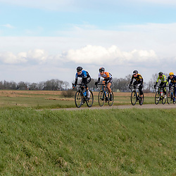 05-03-2016: Wielrennen: Ster van Zwolle: Zwolle<br />ZWOLLE (NED) wielrennen:  <br />De Ster van Zwolle is traditionele opening van het Nederlandse wielerseizoen. De 56e editie van de Ster kende mede door een gebrek aan wind. Actie op de dijk tussen Hasselt en Genemuiden