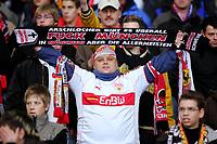 Fotball<br /> Bundesliga Tyskland<br /> Foto: imago/Digitalsport<br /> NORWAY ONLY<br /> <br /> 03.12.2005  <br /> <br /> Ein Stuttgarter Fan zeigt was er von den Bayern hält