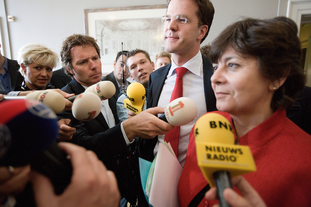 Nederland. Den Haag, 5 juni 2007.<br /> Mark Rutte en Rita Verdonk na crisisberaad over uitspraken van Verdonk in HP/De Tijd over leider Rutte. Hij zou niet rechts genoeg zijn. Na afloop van een ontmoeting met de pers pakt Rutte haar hand, op weg naar de werkkamer van Rutte.<br /> Foto Martijn Beekman <br /> NIET VOOR TROUW, AD, TELEGRAAF, NRC EN HET PAROOL
