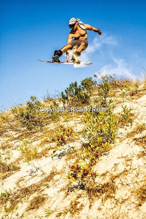 Sandboard nas dunas da Praia da Joaquina. Florianópolis, Santa Catarina, Brasil. / Sandboarding on the dunes of Joaquina Beach. Florianopolis, Santa Catarina, Brazil.