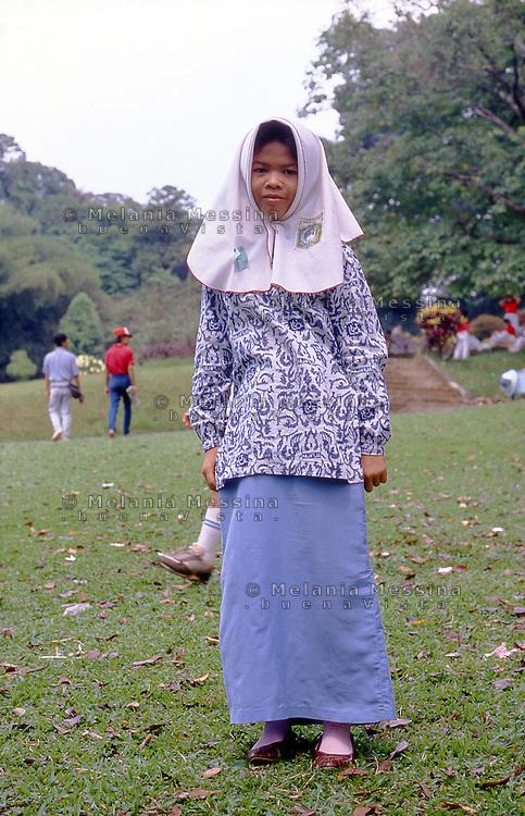 Indonesia, Java island: Yogyakarta, little girl with veil.<br /> Indonesia; Giava: Yogyakarta, ragazzina con il velo.