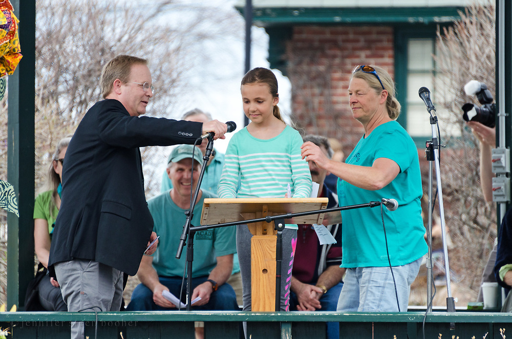Bar Harbor, USA. 29 April, 2017. Brian Hubbell of the Maine House of Representatives and Bo Greene of Indivisible MDI help Taylor Ehrlich set up her microphone.