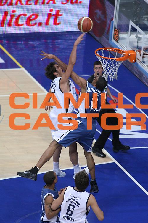 DESCRIZIONE : Bologna Lega A1 2005-06 Play Off Semifinale Gara 5 Climamio Fortitudo Bologna Carpisa Napoli <br />GIOCATORE : Belinelli Morandais Sequenza 129<br />SQUADRA : Climamio Fortitudo Bologna <br />EVENTO : Campionato Lega A1 2005-2006 Play Off Semifinale Gara 5 <br />GARA : Climamio Fortitudo Bologna Carpisa Napoli <br />DATA : 11/06/2006 <br />CATEGORIA : Schiacciata Tiro Fallo<br />SPORT : Pallacanestro <br />AUTORE : Agenzia Ciamillo-Castoria/G.Ciamillo