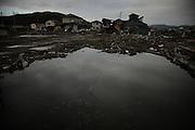 Les eaux restent stagnantes en bien des lieux. Les poissons jonchent les rues. Les maisons vascillent.
