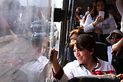 Un autobús fue puesto a disposición de la campaña de Delfina Gómez durante una parte de su recorrido por Ecatepec.