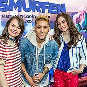 NLD/Amsterdam/20170318 - première De Smurfen en het Verloren Dorp, Sarah en Julia Nauta met Nigel Sean
