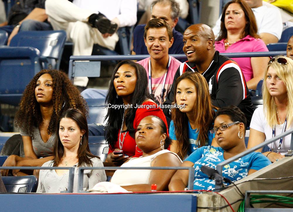 US Open 2010, USTA Billie Jean National Tennis Center, New York ,.ITF Grand Slam Tennis Tournament,Serena  Williams und Williams Clan  als Zuschauer in der Spieler Loge auf der Tribuene,hinten in der Mitte Hitting Partner/Touring Coach  Sascha Bajin,