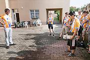 De dagelijks briefing van het team bij het verblijf in Senftenberg. HPT Delft en Amsterdam is in Senftenberg voor de recordpogingen op de Dekra baan.<br /> <br /> .The Human Power Team Delft and Amsterdam has arrived in Senftenberg (Germany) to break the world record on the one hour time trial at the Dekra test track.