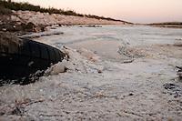 Il complesso produttivo delle saline è situato nel comune italiano di Margherita di Savoia (nome dato dagli abitanti in onore alla regina d'Italia che molto si adoperò nei confronti dei salinieri) nella provincia di Barletta-Andria-Trani in Puglia. Sono le più grandi d'Europa e le seconde nel mondo, in grado di produrre circa la metà del sale marino nazionale (500.000 di tonnellate annue).All'interno dei suoi bacini si sono insediate popolazioni di uccelli migratori e non, divenuti stanziali quali il fenicottero rosa, airone cenerino, garzetta, avocetta, cavaliere d'Italia, chiurlo, chiurlotello, fischione, volpoca..Particolare di un pneumatico ricoperta dal sale sulla riva di un bacino