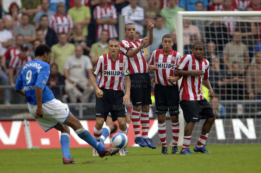 17-09-2006 VOETBAL: PSV - FEYENOORD: EINDHOVEN <br /> PSV verslaat in eigen huis Feyenoord met 2-1 / Muurtje PSV op de vrije trap van Pierre van Hooijdonk<br /> &copy;2006-WWW.FOTOHOOGENDOORN.NL