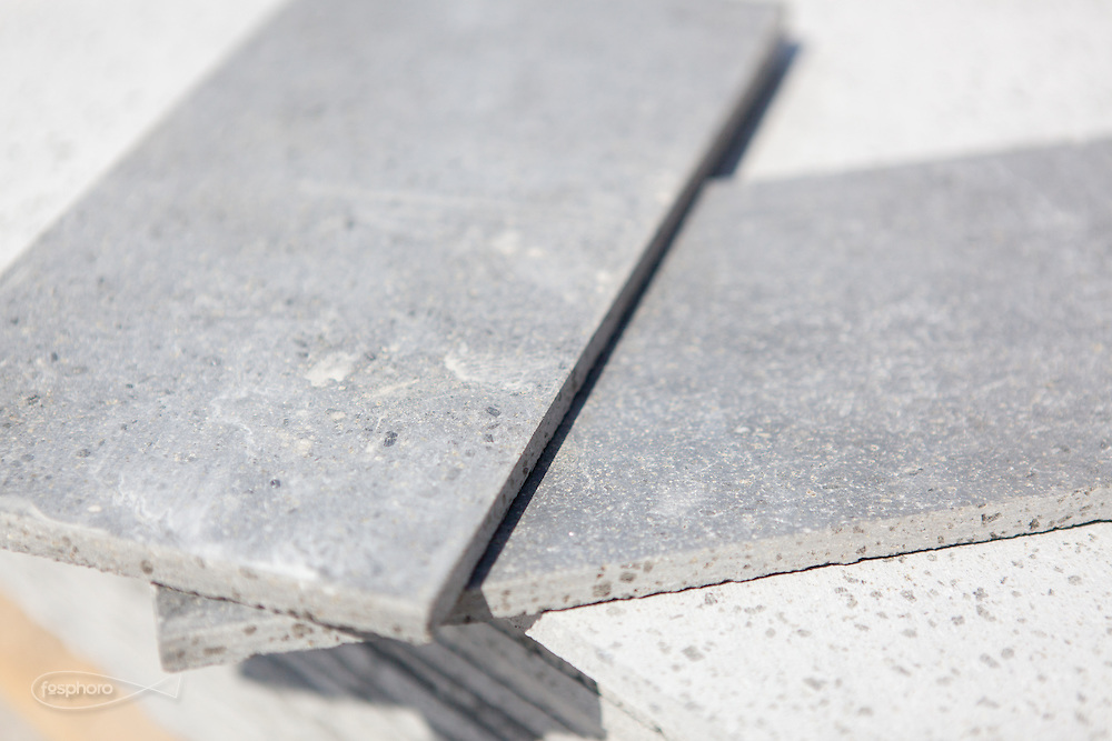 """Caltagirone (CT) - Made a Mano. Particolare della pietra lavica tagliata per la produzione delle piastelle """"Prisme"""" disegnati da Studiocharlie (Rovato - BS)."""
