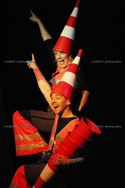 """Stefanie Bonse (links) und Michael Korthaus (rechts) jonglieren als Baustellenarbeiter verkleidetes Duo """"Green Gift"""" auf der Kulturellen Lachparade im niedersaechsischen Waddeweitz."""