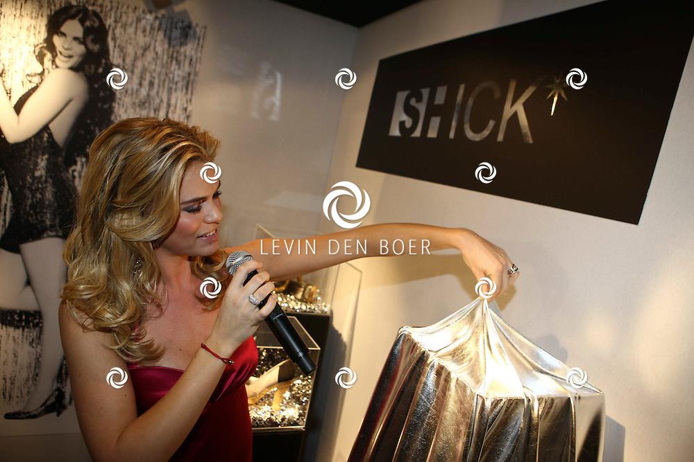 AMSTERDAM - In de Rai is de Miljonair Fair van start gegaan.  Met op de foto Nicolette van Dam die haar schoenenmerk mocht promoten genaamd Shick. FOTO LEVIN DEN BOER - PERSFOTO.NU