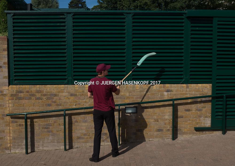 Wimbledon Feature, Mann putzt die Holzlamellen am Court 18,<br /> <br /> Tennis - Wimbledon 2017 - Grand Slam ITF / ATP / WTA -  AELTC - London -  - Great Britain  - 5 July 2017.