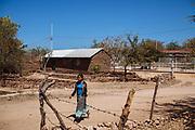 Una niña camina en una calle de Huaynamota, Nayarit.