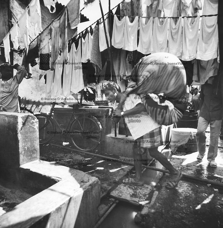 Lavandaio dobhi appena entrato cerca una vasca dove iniziare il lavoro.<br />