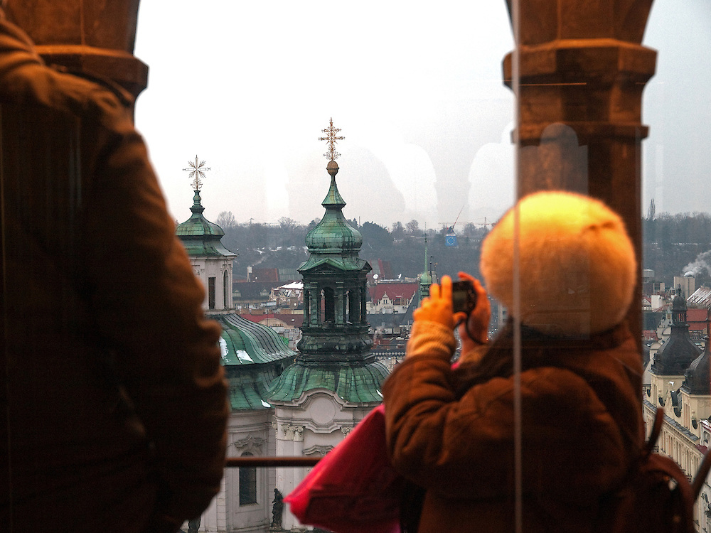 Blick vom Turm des Altstaedter Rathaus auf die St. Mikulas KIrche (Kostel sv. Mikulase) am Altstädter Ring an einem verschneiten Tag in Prag. <br /> <br /> View from the tower at the Old Town City Hall to the St. Mukilas church at Old Town Square covered with snow in the city center of Prague.