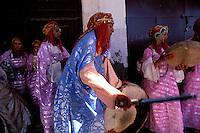 Maroc - Haut Atlas - Vallée du Dadès - El Kelaâ M'Gouna - Fête des roses - Musiciens et danseurs