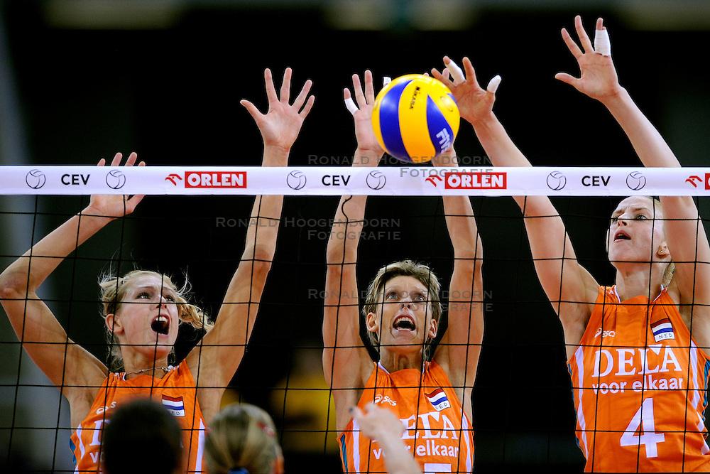 26-09-2009 VOLLEYBAL: EUROPEES KAMPIOENSCHAP SPANJE - NEDERLAND: LODZ<br /> Nederland verslaat ook Spanje met 3-0 / Manon Flier, Ingrid Visser en Chaine Staelens<br /> &copy;2009-WWW.FOTOHOOGENDOORN.NL