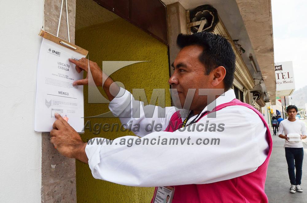 Toluca, Méx.- Luis Urbina, capacitador y asistente INE, coloco afuera de una casa en la calle de Aquiles Serdán, la primera lista de ubicación de casillas y funcionarios, del centro de la ciudad capital del Estado de México, para que la gente se entere donde tiene que votar el próximo 7 de junio. Agencia MVT / José Hernández