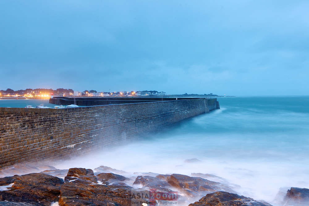 La digue de port Maria au petit matin dans la tempête.